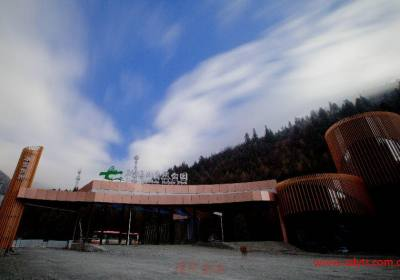 成都到毕棚沟看雪山泡温泉游藏寨汽车半自由行一日游、毕棚沟旅游多少钱、毕棚沟旅游线路报价